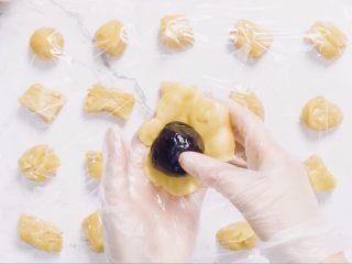 🇨🇳经典中式咸蛋黄豆沙月饼,味浓料足,一家人都爱吃。,包裹蛋黄豆沙,用虎口推动饼皮包裹搓圆