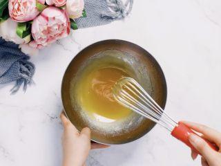 🇨🇳经典中式咸蛋黄豆沙月饼,味浓料足,一家人都爱吃。,月饼糖浆加入枧水搅拌均匀,加入花生油/玉米油搅拌均匀