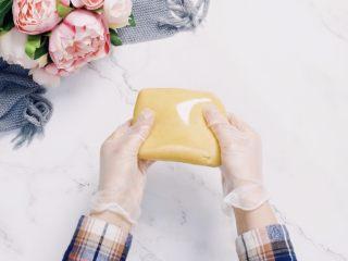 🇨🇳经典中式咸蛋黄豆沙月饼,味浓料足,一家人都爱吃。,揉成面团包裹保鲜膜室温醒发2小时以上