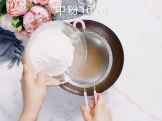 🇨🇳经典中式咸蛋黄豆沙月饼,味浓料足,一家人都爱吃。,筛入中粉切拌至无干粉