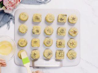 🇨🇳经典中式咸蛋黄豆沙月饼,味浓料足,一家人都爱吃。,取出月饼,表面用细毛刷刷薄薄一层蛋黄水