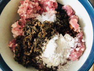 中秋必吃的梅干菜鲜肉月饼,外皮酥脆,内馅鲜香好吃到爆,炒好的梅干菜放入肉馅,加入淀粉,老抽,盐。
