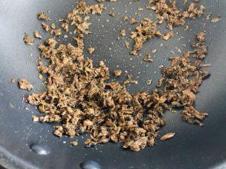 中秋必吃的梅干菜鲜肉月饼,外皮酥脆,内馅鲜香好吃到爆,小火稍微炒一下就好了,不要炒糊了。