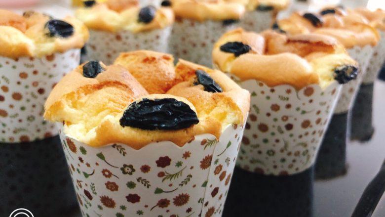 纸杯蛋糕,烤箱预热10分钟,用180度上下管烤15分钟即可。