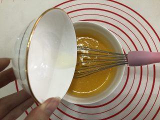 纸杯蛋糕,加入玉米油快速搅拌。