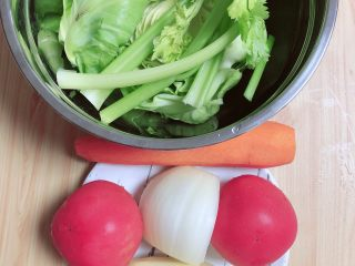 罗宋汤,准备好食材。西红柿、胡萝卜、土豆、圆白菜、洋葱、芹菜、生姜。