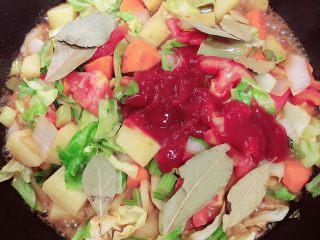 罗宋汤,加入番茄沙司、香叶,继续翻炒均匀。