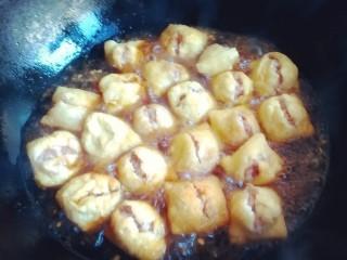 油豆腐酿肉,水开后,放入塞好馅的油豆腐
