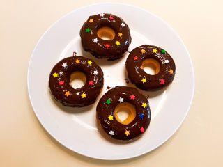 巧克力甜甜圈,撒上糖粒点缀一下