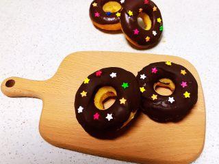 巧克力甜甜圈,漂亮的巧克力甜甜圈可以吃了~