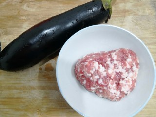 灯笼茄子,把主要食材,茄子和肉沫准备好