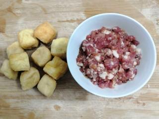 油豆腐酿肉,把主要食材,油豆腐和肉沫准备好