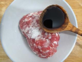 油豆腐酿肉,加入,10克生抽