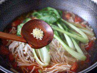 金针菇墨鱼丸子汤,加入鸡精调味。