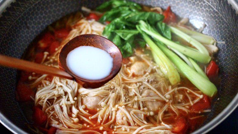 金针菇墨鱼丸子汤,再倒入提前用清水化开的淀粉勾芡。