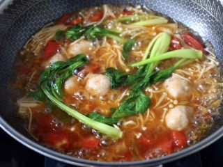 金针菇墨鱼丸子汤,大火煮沸后,再煮1分钟。
