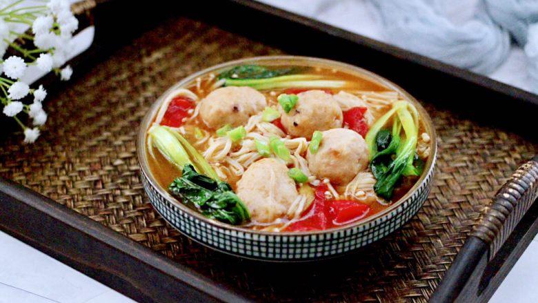 金针菇墨鱼丸子汤,好吃又营养丰富的金针菇墨鱼丸子汤就出锅咯,每次都会吃撑。