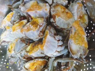 美味香辣大闸蟹,切两半的螃蟹切口处蘸上淀粉汁防蟹黄流失