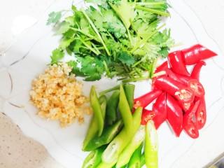 美味香辣大闸蟹,青椒红椒香菜切段备用,蒜蓉+姜剁碎备用