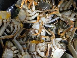 美味香辣大闸蟹,放入螃蟹(油花四溅,小心防护)