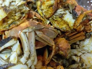 美味香辣大闸蟹,螃蟹放入漏勺,沥出油