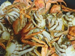 美味香辣大闸蟹,三分钟后取出螃蟹