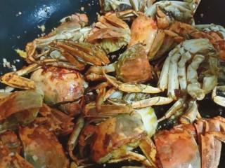 美味香辣大闸蟹,放入螃蟹