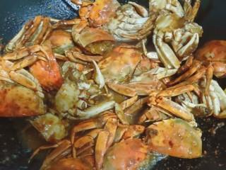 美味香辣大闸蟹,焖到水即将干
