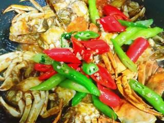 美味香辣大闸蟹,加入备用的青椒红椒