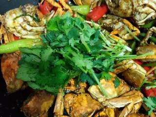 美味香辣大闸蟹,装盘,撒上留下的香菜点缀