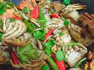 美味香辣大闸蟹,留少许香菜,其余的加入锅中,关火,拌匀