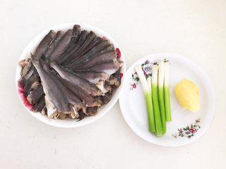 酥炸小黄鱼,准备食材:鱼头含铅量比较大,所以我把小黄鱼的无头剪掉了,香葱和鲜姜