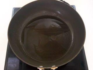 酥炸小黄鱼,炒锅烧热后加入大豆色拉油
