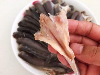 酥炸小黄鱼,把小黄鱼清洗干净,尤其是腹部的黑膜一定清洗干净