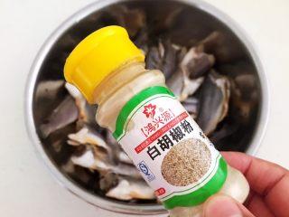 酥炸小黄鱼,在小黄鱼里面加入白花椒粉
