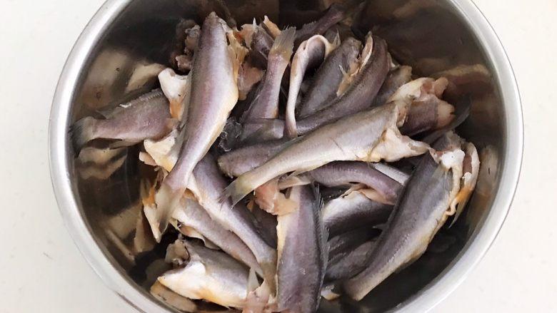 酥炸小黄鱼,调匀