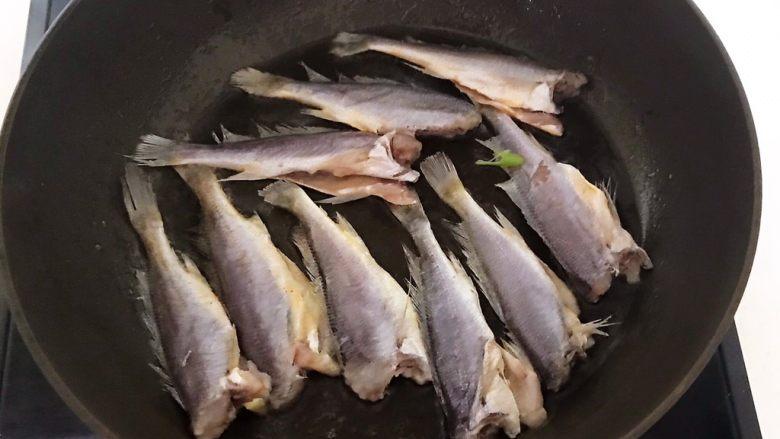 酥炸小黄鱼,油温6分热的时候加入腌制入味的小黄鱼