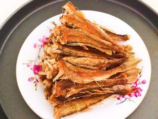 酥炸小黄鱼,酥炸小黄鱼可以整根吃掉,香酥可口,回味无穷~