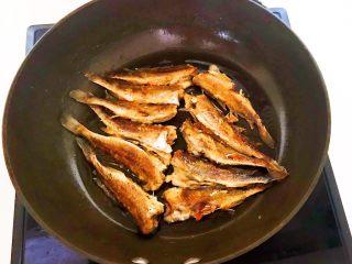 酥炸小黄鱼,炸制两面金黄即可