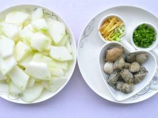 冬瓜花蛤汤,冬瓜去皮洗干净切块,胡萝卜切丝备用,姜切丝,葱切葱花。