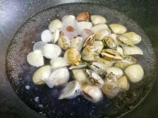 冬瓜花蛤汤,花蛤盐水中多搓洗至表面泥沙洗干净。锅中加姜、料酒焯水2分钟。