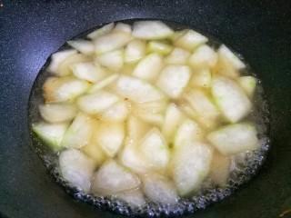 冬瓜花蛤汤,加入一大碗开水煮5分钟。