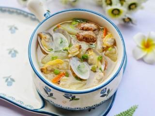冬瓜花蛤汤,盛入碗中。
