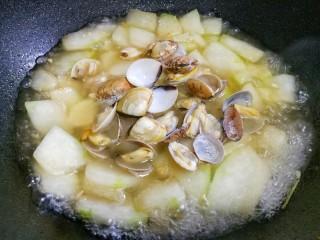 冬瓜花蛤汤,加入花蛤煮2分钟。
