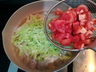 陕西胡辣汤,倒入西红柿