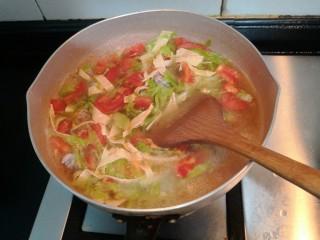 陕西胡辣汤,用铲子,翻拌均匀,继续烧煮
