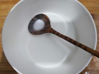 陕西胡辣汤,把淀粉放入碗中,加入100克水,搅拌均匀