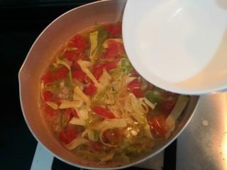 陕西胡辣汤,汤煮开后,倒入淀粉水