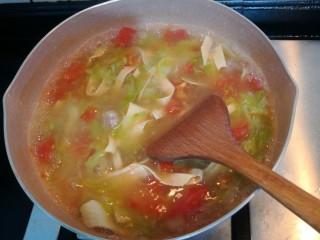 陕西胡辣汤,快速翻拌,至汤汁浓稠,关小火