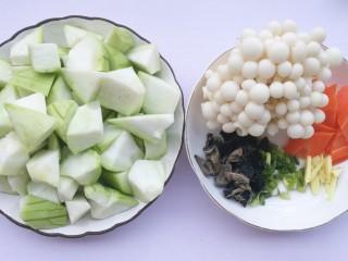 丝瓜木耳菌菇汤,准备好所有食材。丝瓜切滚刀块。